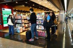 De klanten winkelen voor boeken op 23 Novemer 2014 in Hong Kong Airport Royalty-vrije Stock Foto's