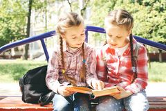 De klasgenoten zitten en lezen een boek royalty-vrije stock foto