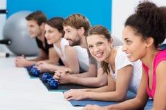 De klasse van de aerobics bij de gymnastiek Stock Afbeeldingen