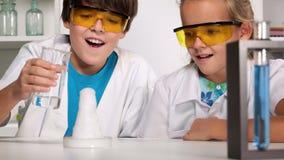 De klasse van de basisschoolchemie stock video