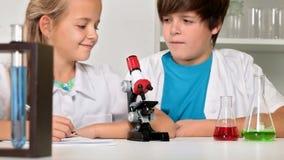 De klasse van de basisschoolchemie - chemie stock videobeelden
