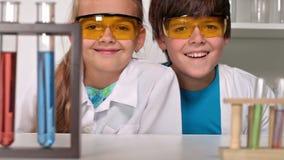 De klasse van de basisschoolchemie met gelukkige kinderen stock videobeelden