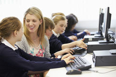 De Klasse van de de Schoolcomputer van leraarsand pupil in Royalty-vrije Stock Afbeeldingen