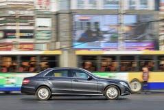 De Klasse van Mercedes-Benz E op de weg in het centrum van Peking, China Royalty-vrije Stock Afbeelding