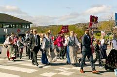 De klassen van de kinderen` s school in kleurrijke Noorse kostuums Stock Afbeeldingen