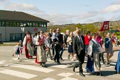 De klassen van de kinderen` s school in kleurrijke Noorse kostuums Stock Afbeelding