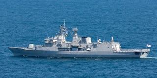 De klassenfregatten van HMNZS Te Mana F111 Anzac en ??n van de Koninklijke Marine vertrekkend Sydney Harbor van Nieuw Zeeland royalty-vrije stock foto's