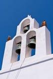 De klassiek klokken van Santorinigriekenland en kruis van Griekse Orthodoxe kerk Stock Fotografie