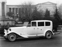 De klassieke auto parkeerde de buitenbouw (Alle afgeschilderde personen leven niet langer en geen landgoed bestaat Leveranciersga royalty-vrije stock foto