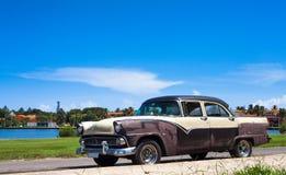 De klassieke auto van Cuba onder blauwe hemel Royalty-vrije Stock Fotografie