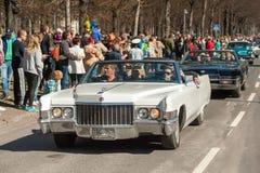 De klassieke autoparade op Meidag viert de lente in Zweden Stock Foto