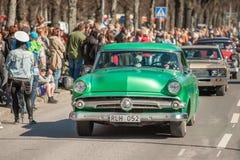 De klassieke autoparade op Meidag viert de lente in Zweden Royalty-vrije Stock Afbeelding