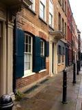 De klassieke Europese bouw op Engelse manier met blinden op stadsstraat na regen Royalty-vrije Stock Afbeeldingen
