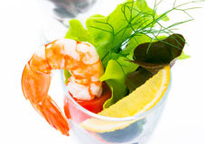 De klassieke garnalencocktail, pelt alle garnalen Breek lettuc royalty-vrije stock afbeeldingen