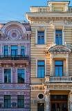 De klassieke gebouwen van de stijlarchitectuur in stadsmegapolis - Vensters - Rusland - Heilige Petersburg - vooraanzichtbuitenka Stock Fotografie