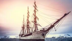 De klassieke houten varende boot onderzoekt de oceaan van Antarctica stock footage