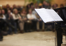 De klassieke muzikale score van Chopin met piano en mensenachtergrond Royalty-vrije Stock Foto's