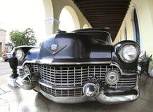 De klassieke oude auto is zwarte kleur Stock Afbeelding