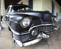 De klassieke oude auto is zwarte kleur Stock Fotografie