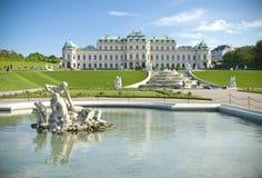 De klassieke paleisbouw met fonteinen Stock Foto