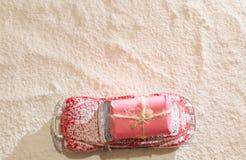 De klassieke rode auto die de Kerstman deliverling stelt in sneeuwweath voor Royalty-vrije Stock Foto's