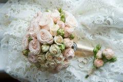 De klassieke ronde vorm van het huwelijksboeket van pioenrozen floristry Royalty-vrije Stock Afbeeldingen