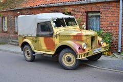 De klassieke Sovjetauto bij een auto toont stock afbeelding