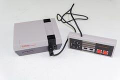 De Klassieke Uitgave van Nintendo NES, videospelletjeconsole stock afbeeldingen