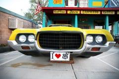 De klassieke uitstekende auto van de V.S. in historische route 66 Stock Afbeeldingen