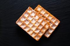 De Klassieke vierkante Wafels van het voedselconcept met suikerglazuur die sugat op B toping royalty-vrije stock foto's