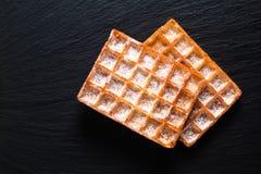 De Klassieke vierkante Wafels van het voedselconcept met suikerglazuur die sugat op B toping royalty-vrije stock fotografie