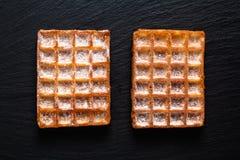 De Klassieke vierkante Wafels van het voedselconcept met suikerglazuur die sugat op B toping royalty-vrije stock afbeelding
