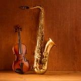 De klassieke viool van de de teneursaxofoon van de muziekSaxofoon in wijnoogst Stock Fotografie