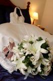 De kleding & de bloemen van het huwelijk Stock Foto's