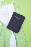 De Kleding en de Bijbel van Amish royalty-vrije stock fotografie
