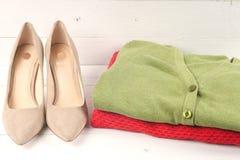 de kleding en de schoenen van vrouwen Stock Afbeeldingen