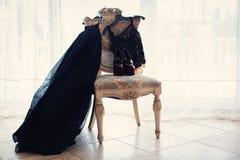 De kleding en de schoenen van vrouwen op de stoel Royalty-vrije Stock Afbeeldingen