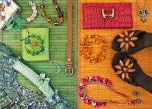 De kleding en de toebehoren van modieuze vrouwen Stock Foto's