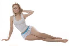 De kleding van de de vrouwensport van de glimlach blondie bij wit ba Stock Afbeeldingen