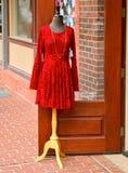 De Kleding van de rode Vrouw buiten een Opslag Stock Afbeelding