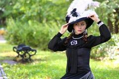 De kleding van de meisjes 18de eeuw in park Stock Fotografie