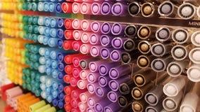 De kleding van Mutiplekleuren op hangers Stock Foto