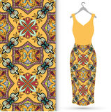 De kleding van vrouwen op een hanger en een naadloos geometrisch patroon Royalty-vrije Stock Fotografie