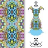 De kleding van vrouwen op een hanger en een naadloos geometrisch patroon Royalty-vrije Stock Foto's