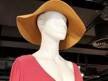 De kleding van winkelvrouwen ` s Ledenpop in moderne modieuze kleren Ledenpop in een bonnet royalty-vrije stock foto's