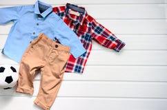 De kledings vastgesteld blauw overhemd van de babyjongen, plaid rood overhemd en bruine pan Stock Afbeeldingen