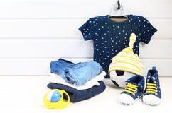 De kledings vastgestelde blauwe t-shirt van de babyjongen met witte sterren, jeans shir Stock Afbeeldingen