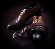 De kledingsschoenen en riem van leermensen Stock Foto's