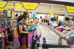 De kledingstentoonstelling van het Shenzhen internationale beroemde merk Stock Afbeeldingen