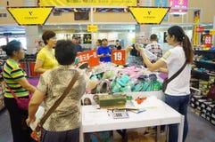 De kledingstentoonstelling van het Shenzhen internationale beroemde merk Stock Fotografie
